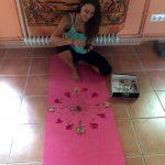 creando mandala durante retiro de yoga